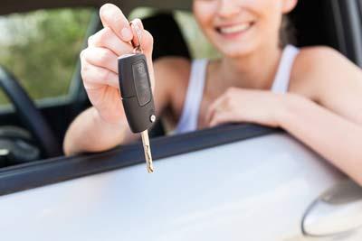 Autoschluessel mit Frau in Auto