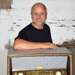 Detlef Vangerow mit Röhrenradio