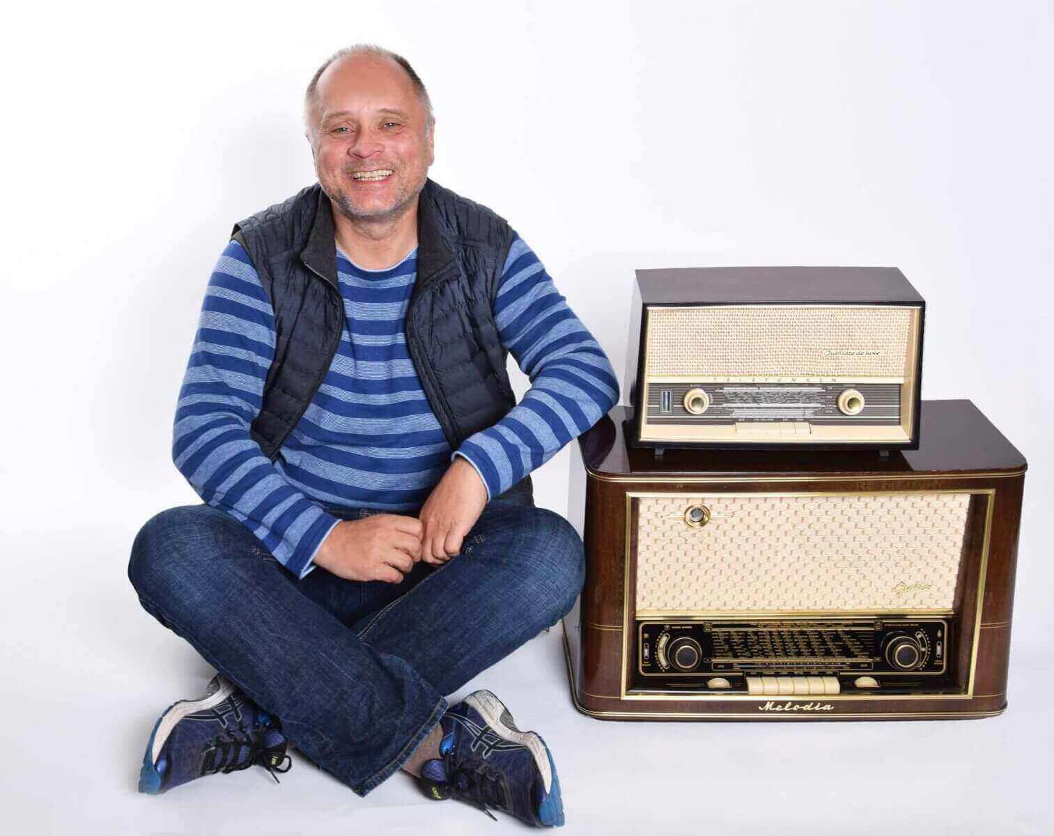 Detlef Vangerow mit Röhrenradios