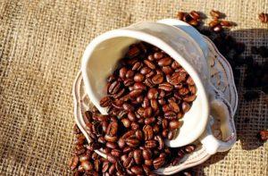 Kaffee neben der Tasse