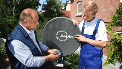 Satelittenschüssel Techniker bei reparatur