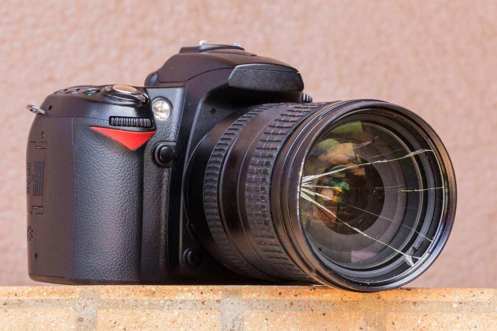 Spiegelreflexkamera mit gesprungenem Objektiv
