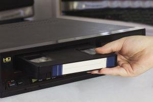 VHS Kassette in Rekorder einlegen