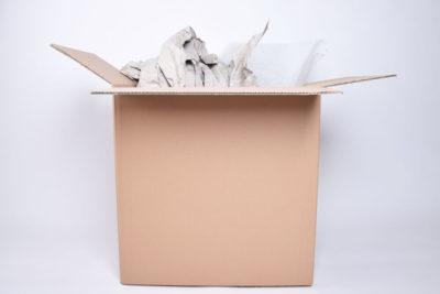 Karton mit Verpackungsmaterial