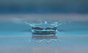 Wassertropfen spritzt
