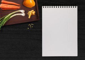 Leerer Schreibblock mit Gemüse